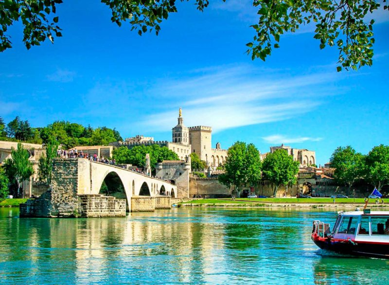 Cidades medievais para conhecer na França: A ponte icônica de Avignon.