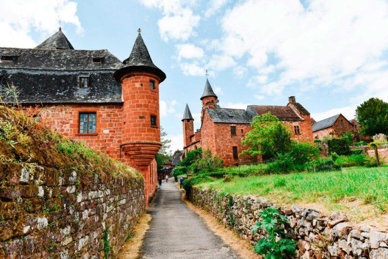França medieval: todas as contruções de Collonges-la-Rouge são de tijolos iguais.