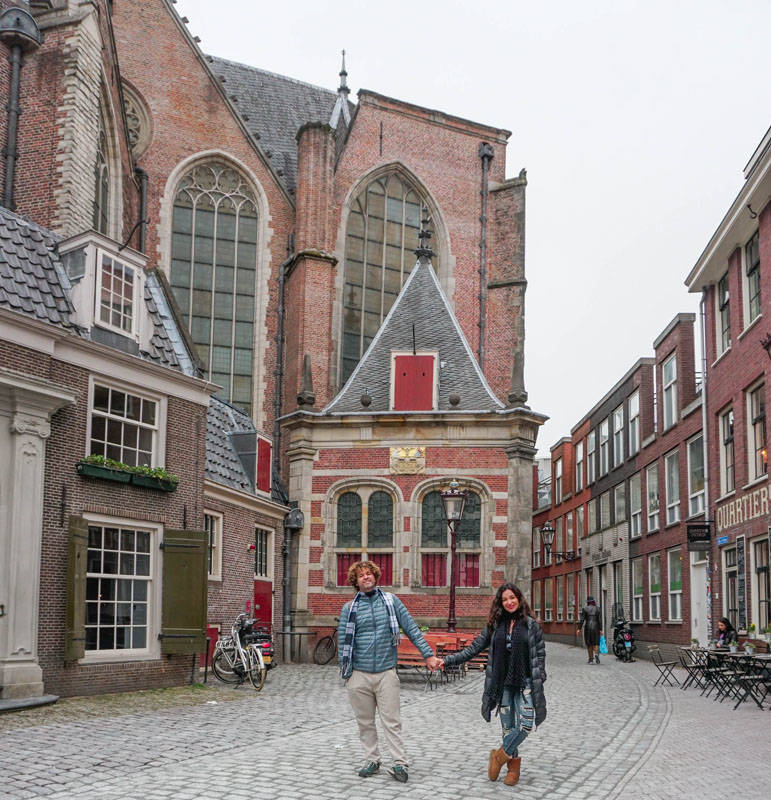 A Oude Kerk, no Red Light District, em Amsterdã