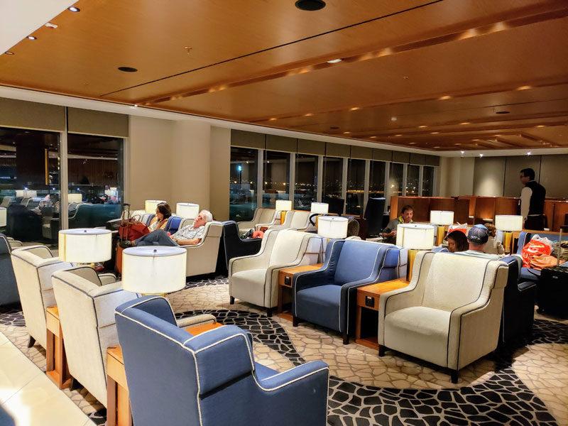O ambiente relaxante e bem decorado do Plaza Premium Lounge, no embarque internacional do Galeão