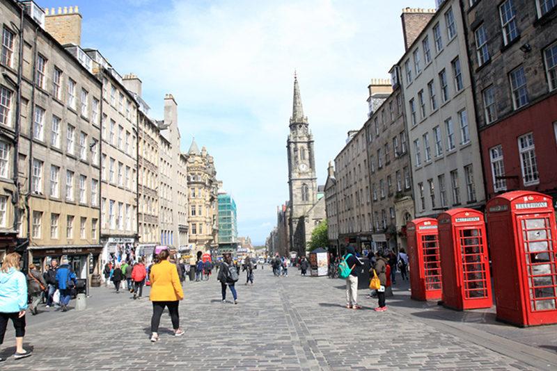 Em Edimburgo também tem os tradicionais telefones vermelhos.