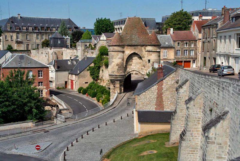 Cidades medievais para visitar na França: portão de entrada para Laon.