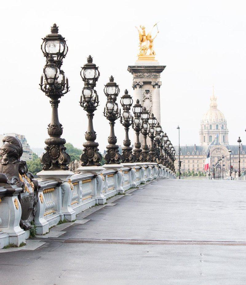 A arquitetura histórica da Ponte Alexandre III, em Paris.