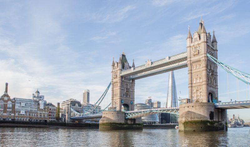 O que fazer em Londres: Tower Bridge se levanta para barcos grandes passarem.