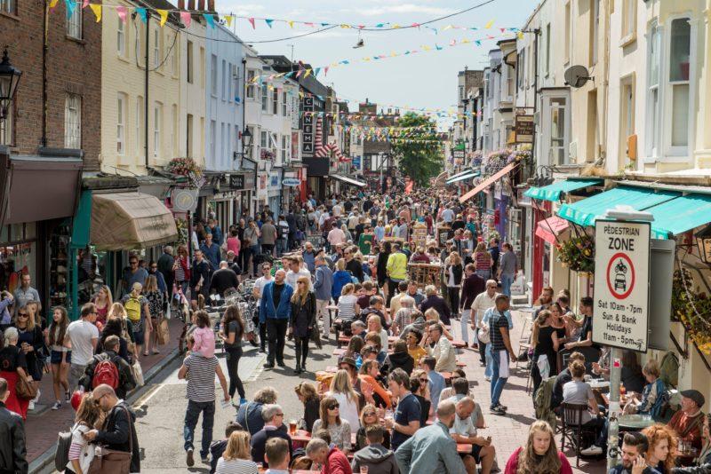 Em Brighton, as ruas se enchem de visitante durante o verão.