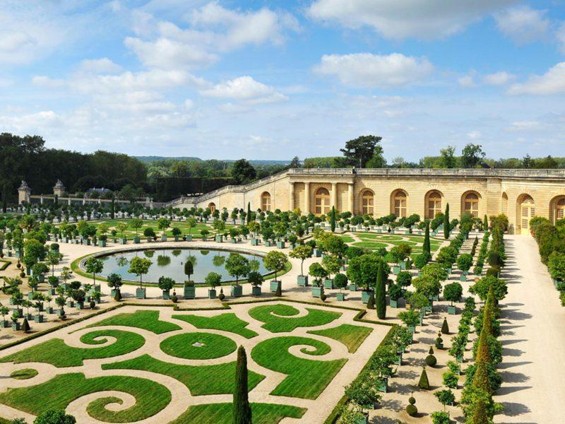 No verão, os jardins de Versailles, em Paris, ficam lindos.