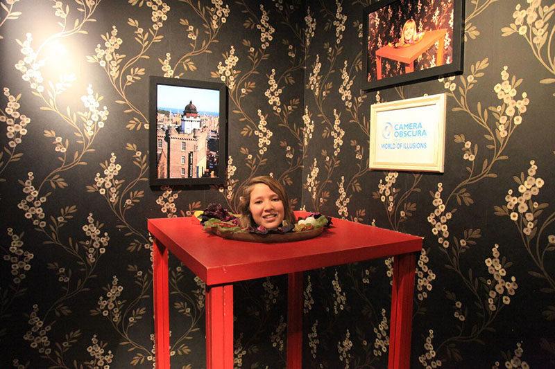 Dicas Edimburgo: Juju se divertindo no Museu Câmera Escura.