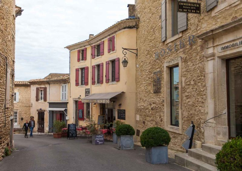 Cidades medievais na França: ruas de Gordes.