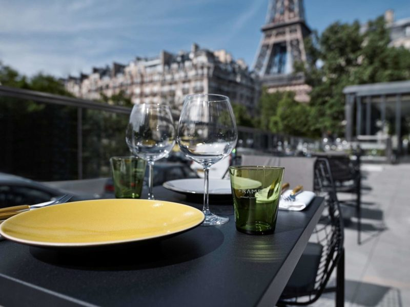 Hotéis em Paris: Dá para ver a Torre Eiffel também dos jardins do Pullman Paris.