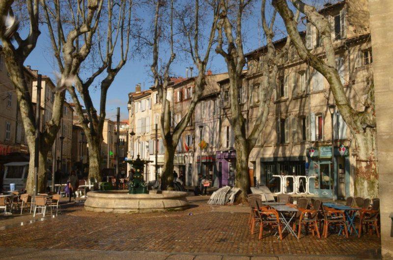 O que fazer em Avignon: praça charmosa da cidade antiga.
