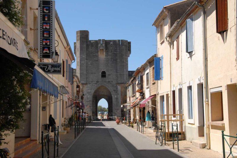 O que fazer em Aigues-Mortes: Portão de entrada e ruas da cidade.