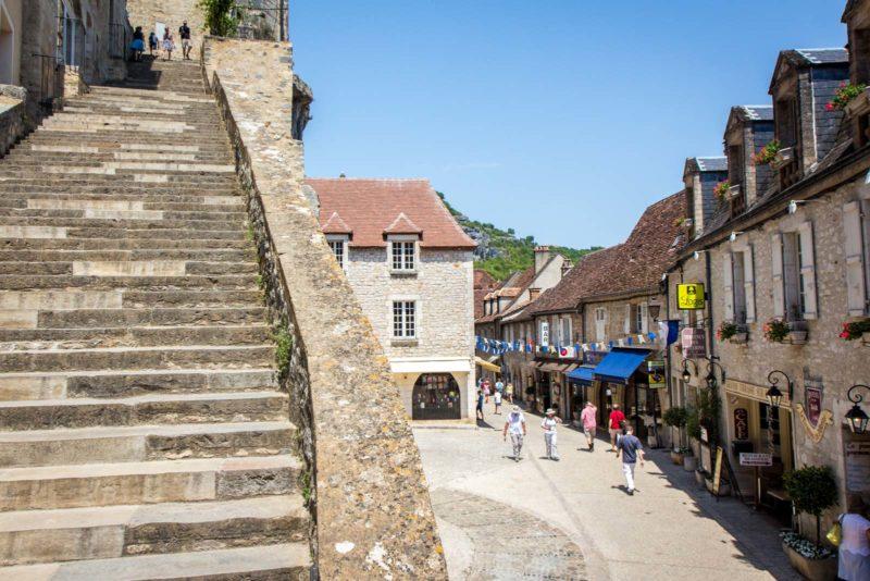 Ruas e muitas escadas de Rocamadour, na França.