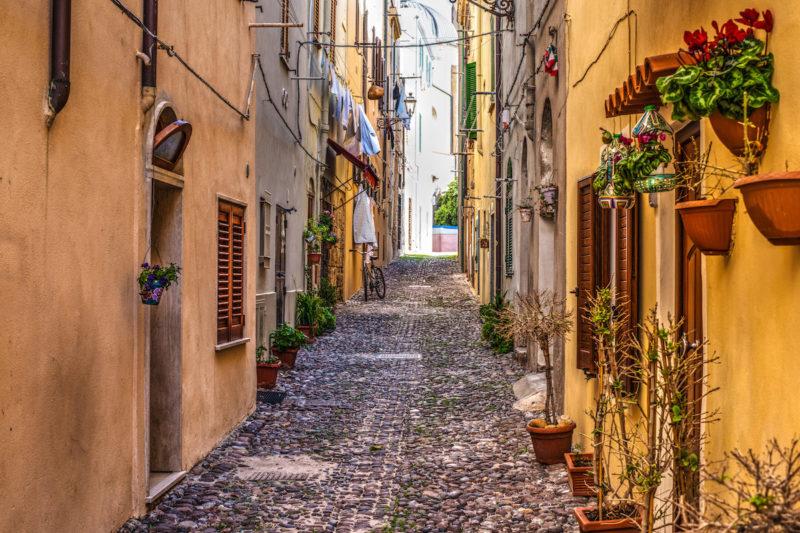 O que fazer na Sardenha: ruelas do vilarejo de Alghero.