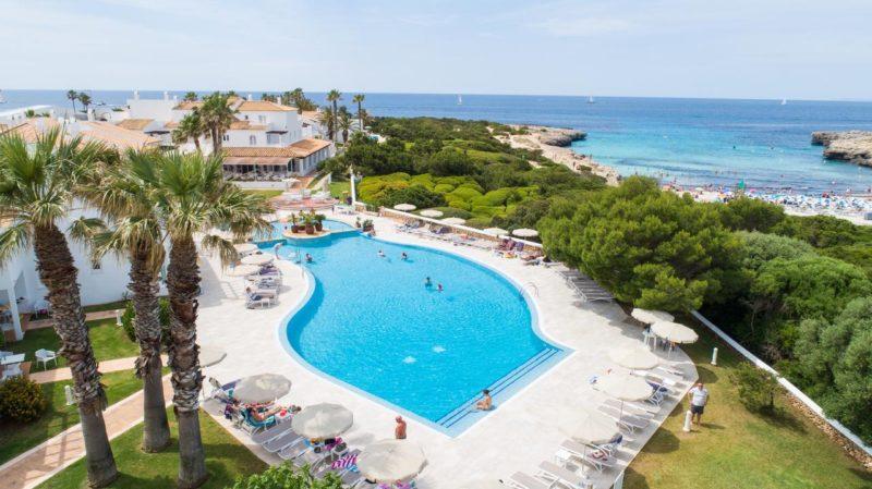 Melhores lugares para ficar em Menorca: Proximidade do Grupotel Aldea Cala'n Bosch com a praia.