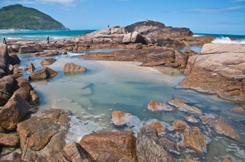 Roteiro praias do sul do Brasil: Piscinas naturais que se formam na praia da Ferrugem.