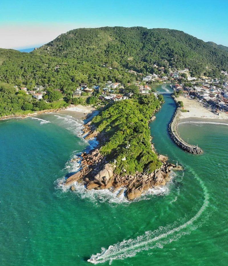 Roteiro praias do sul do Brasil: Mar esverdeado e tranquila da Barra da Lagoa, em Florianópolis.