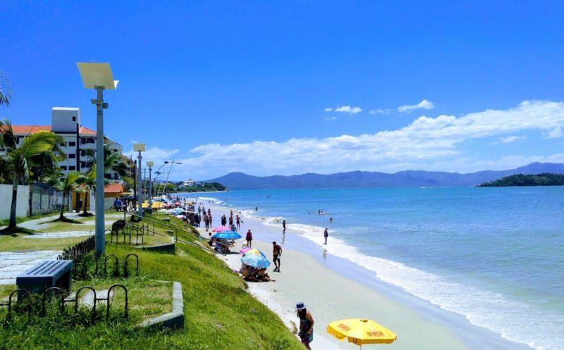 Viagem sul do país: Faixa estreita de areia na praia de Canasvieiras.