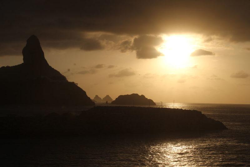 Fim de tarde visto das ruínas atrás do Porto: vista do Morro do Pico e, no fundo, os Dois Irmãos