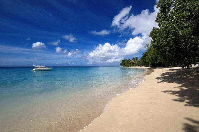 Praia deserta de Gibbs, em Barbados.