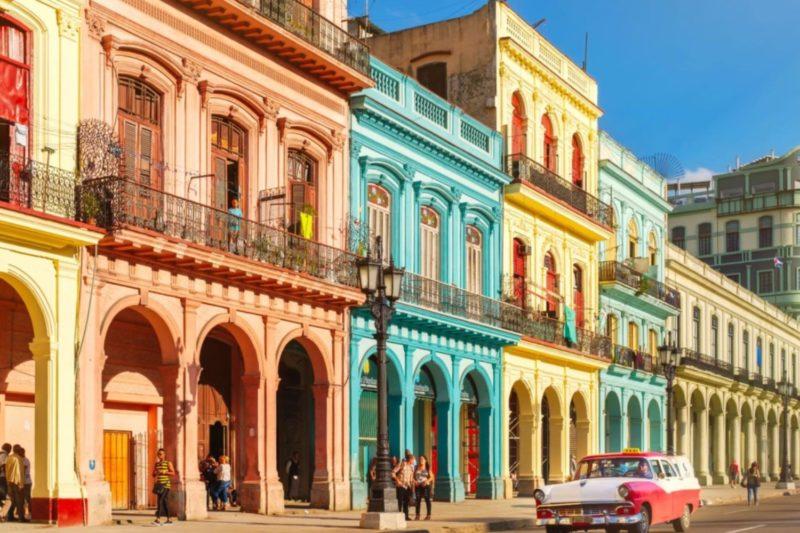 Destinos para conhecer no Caribe: Centro colorido e histórico de Havana.