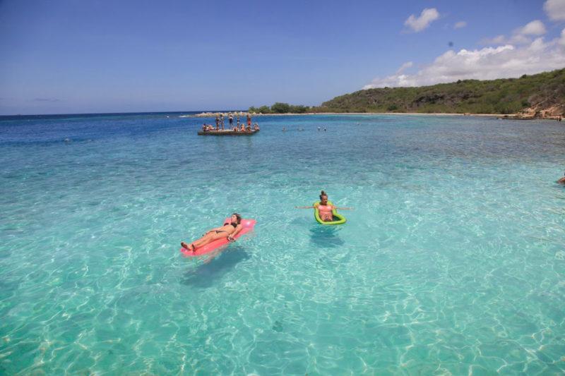 Relaxando no mar super azul de Jan Thiel, em Curaçao.