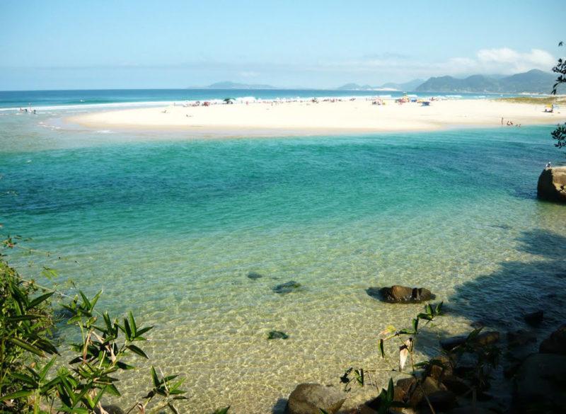 O que fazer em Guarda do Emabu: mar cristalino na praia.