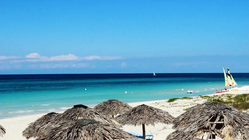 O mar super azul e calmo de Varadero, em Cuba.