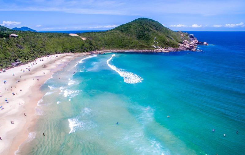 Mar azul da Praia do Rosa, em Santa Catarina.