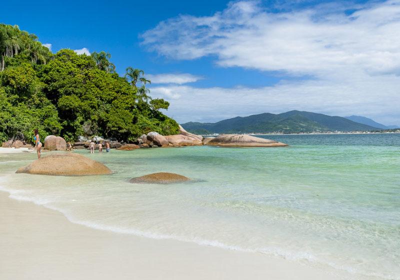 Roteiro praias do sul do Brasil: Mar cristalino da Ilha do Campeche.