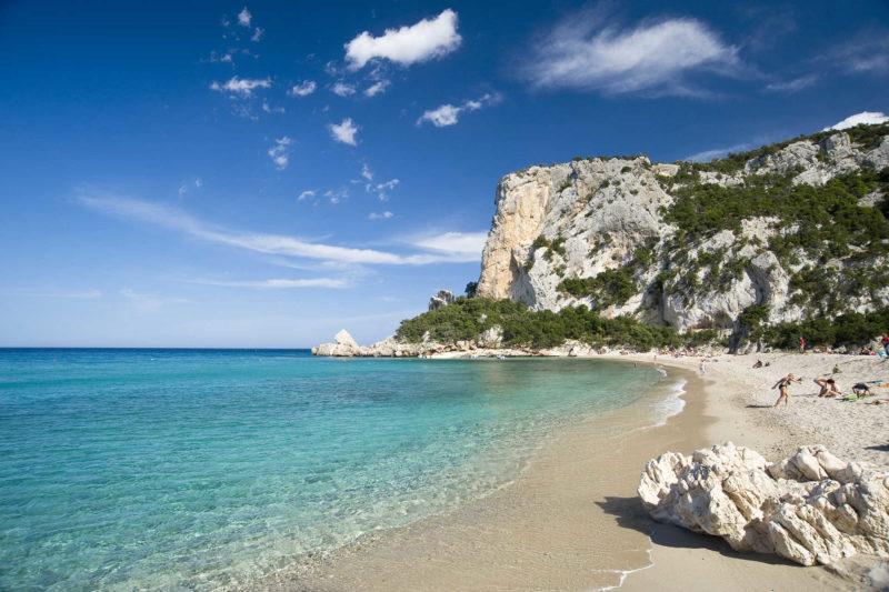 Praias mais lindas da Itália: mar calmo e esverdeado da Cala Luna, na Sardenha.