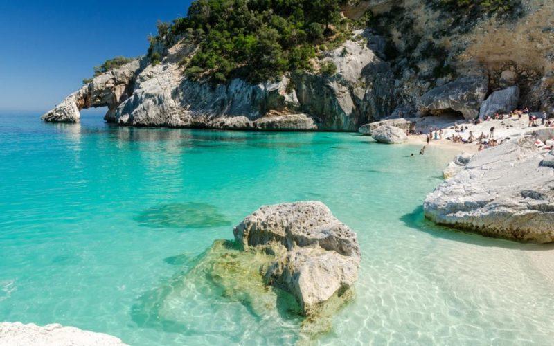 Praias mais lindas da Itália: a cor esmeralda da Cala Goloritzé, na Sardenha.