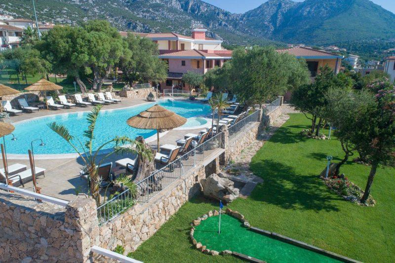 Onde ficar na Sardenha: área aberta do I Ginepri Hotel, em Cala Gonone.