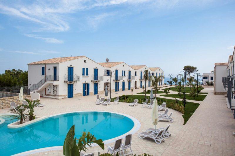 Onde ficar na Sicília: Scala Dei Turchi Resort, no topa da praia de mesmo nome.