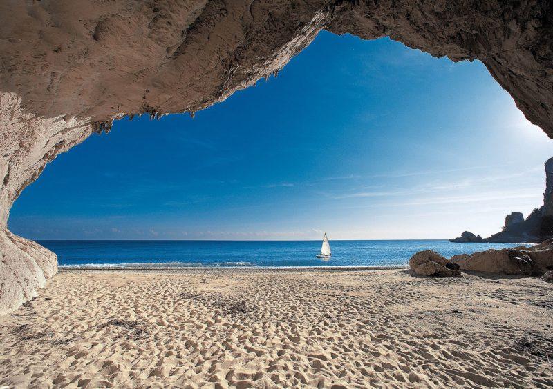 Praias da Itália: a gruta da Cala Luna.