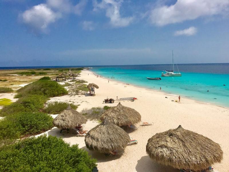 Para onde ir no Caribe em janeiro: praia espetacular da ilha de Klein Curaçao.