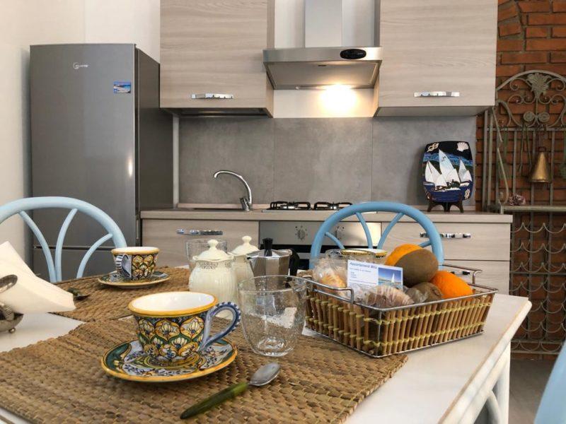 Cozinha equipada e arrumadinha do apartamento Miú