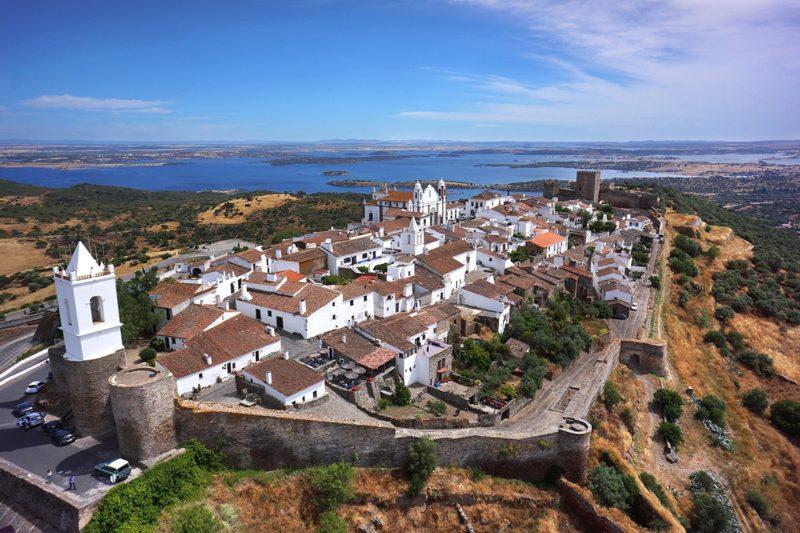 Vista da cidade medieval de Monsaraz, no Alentejo.