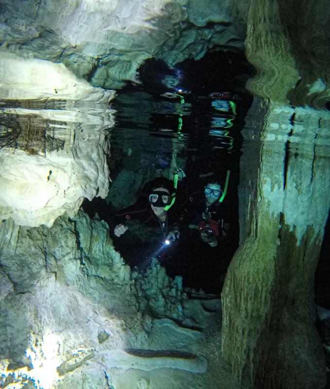 A trilha aquática que fizemos no cenote Dos Ojos, passando por galerias e finalizando em uma caverna.