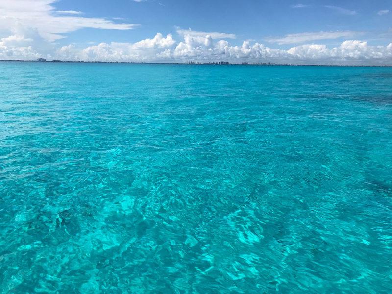 A cor do mar em cima de onde fica ao Musa. Azul gritanteA cor do mar em cima de onde fica ao Musa. Azul gritante