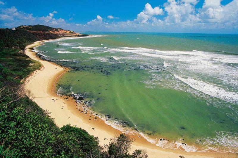 Destinos nacionais para ir em fevereiro: parte da orla da praia da Pipa.