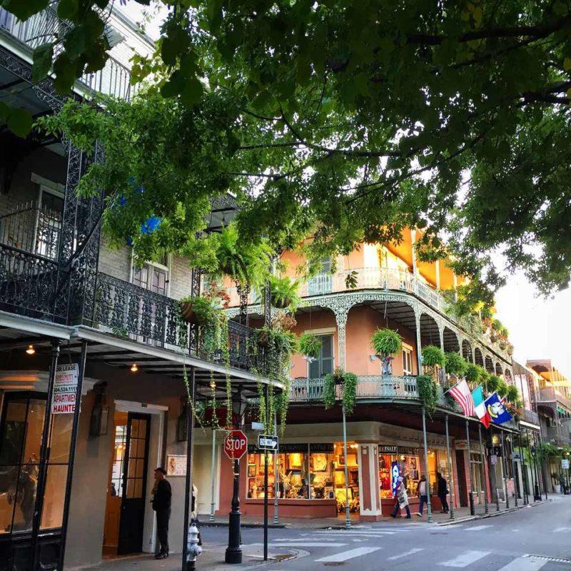 Onde viajar em fevereiro: a charmosa Bourbon Street, em Nova Orleans.