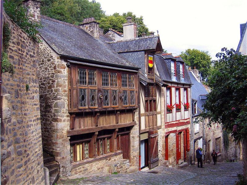 A famosa rua inclinada da Dinan, chamada Rue de Petit-Fort