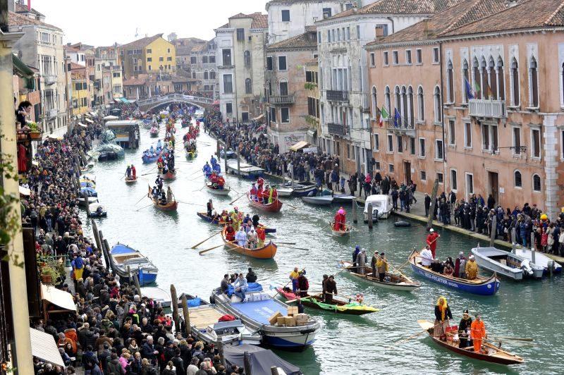 Onde viajar em fevereiro fora do Brasil: desfile de carnaval em Veneza.