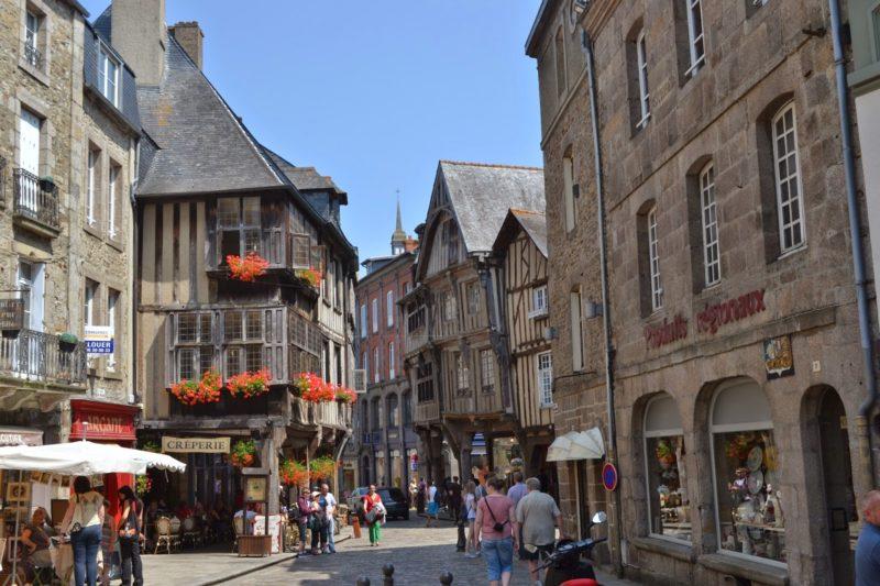 As ruas de Dinan, umas das mais lindas cidades no interior da França!! Olha que lugar!