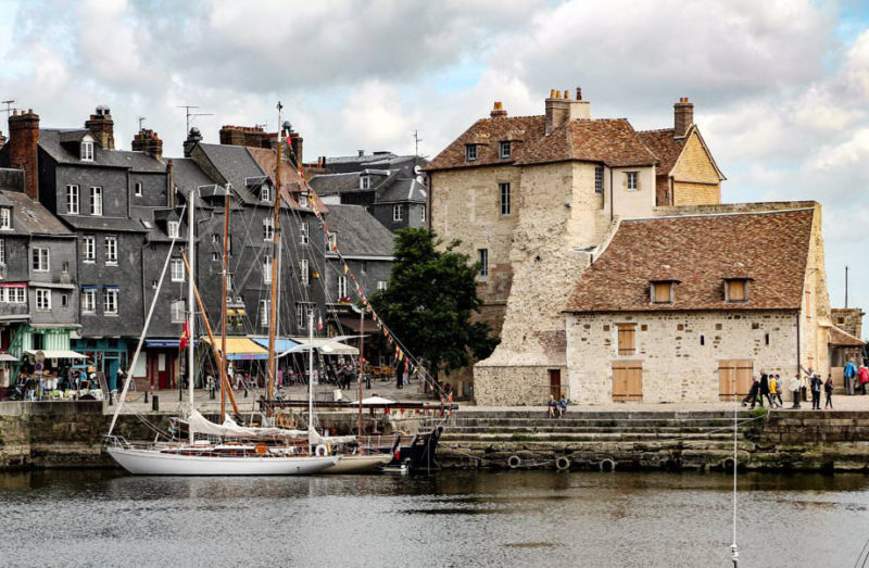 A linda cidade de Honfleur, uma pérola do interior da França, a poucas horas de Paris