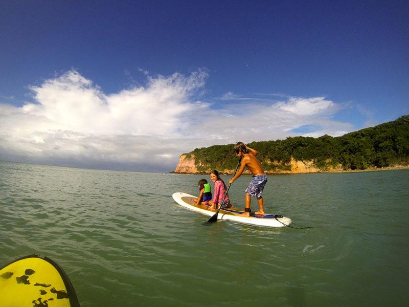 O que fazer em Pipa: praticar SUP na praia do Madero.