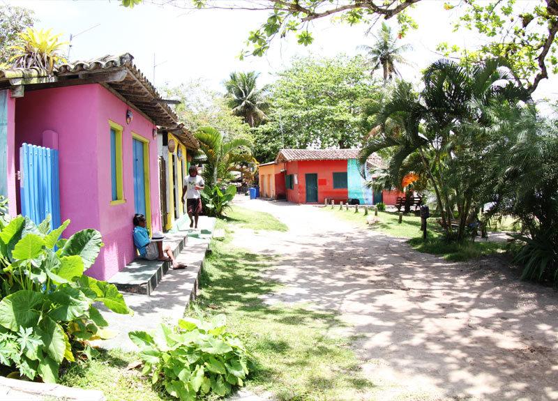 Roteiro Bahia: casinhas coloridas do vilarejo de Caraíva.