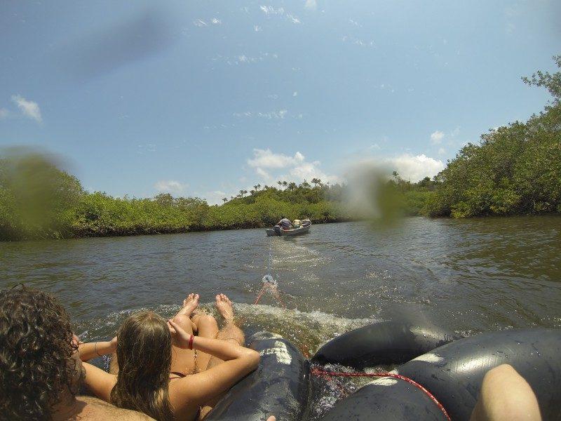 O que fazer em Caraíva. Família se divertindo no rio Caraíva.
