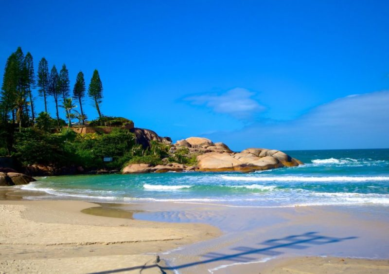 O que fazer em Florianópolis no feriado: ir para a praia da Joaquina.
