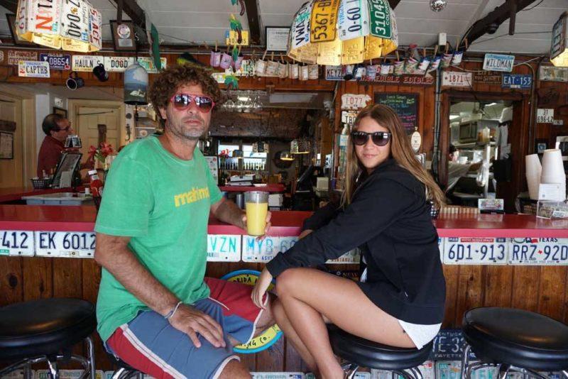 Flórida dicas de viagem: Mrs Mac Kitchen, em Key Largo, e suas placas antigas por todo o restaurante.